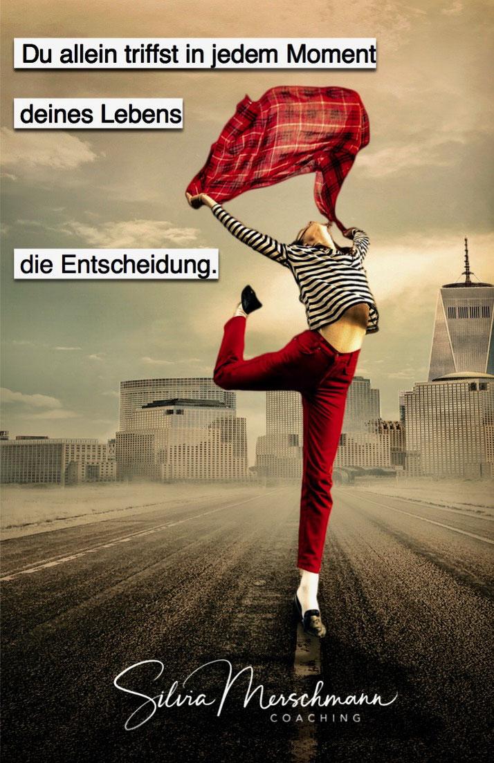 Frau tanzend auf einer Straße mit roter Hose und rotem Tuch. Bild mit Text.