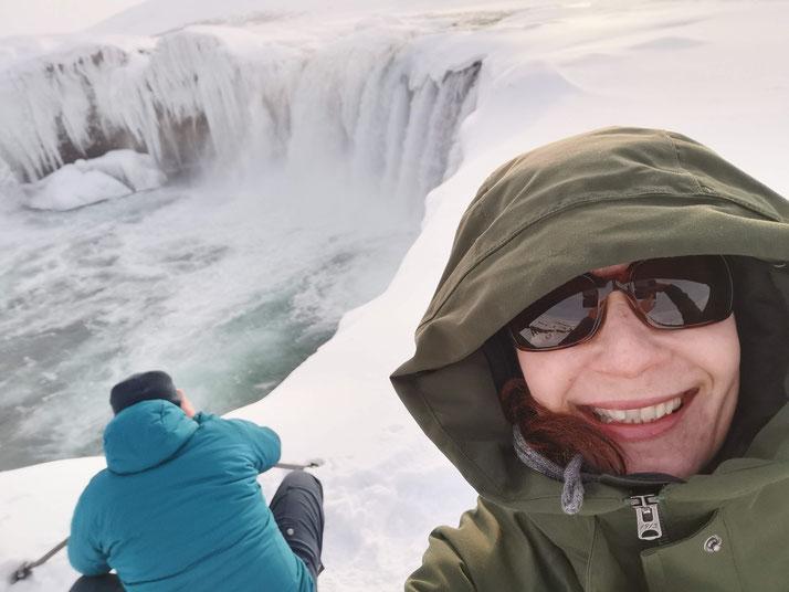 Island, Goðafoss, Robert am fotografieren und ich schon etwas am frieren...