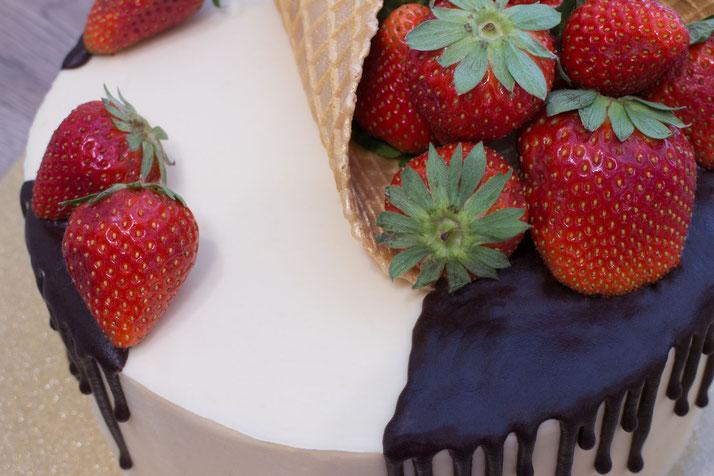 Erdbeer-Drip-Cake-Torte mit scharfer Kante