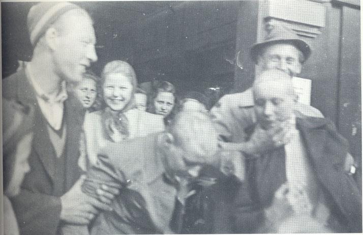 """Unter Zwang wurden ihnen die Haare rasiert. Sie wurden gedemütigt und interniert.  """"Tyskerjentene"""" oder """"Tyskertøsene"""" - die Deutschenhuren, die sich dem Feind eingelassen hatten. (Foto aus Originalartikel)"""