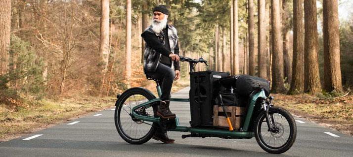 Das Carqon Flatbed mit einem Fahrer auf einer Waldstraße