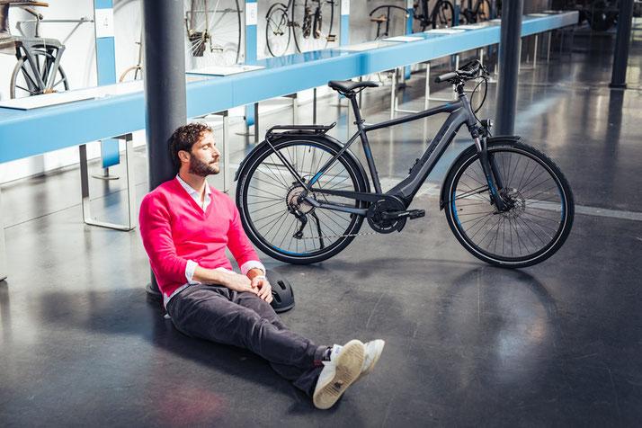 e-Biker sitzt in der Sonne
