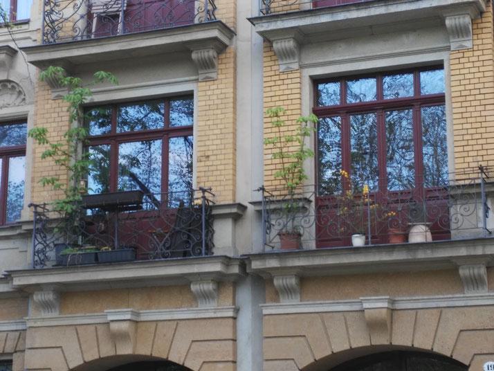April 2017: Zwei schmale Balkone mit Kastanien im Kübel. Die Bäume stehen schon einige Zeit an Ort und Stelle und sind einfach wunderschön.