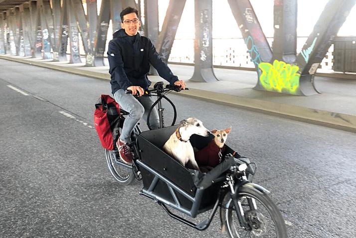 Ben mit seinem Lastenrad und seinen Hunden