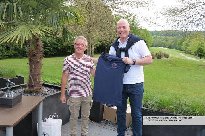 Im Rahmen des 1. Memorial Trophy Armand Agostini, überreichte Laurant Heiles dem Team des GC CFL neue Polos