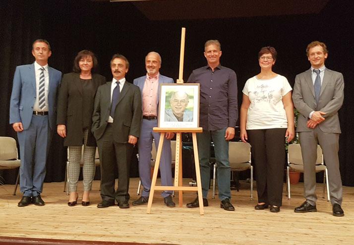 Abschlussbild der Referenten mit dem Foto des Gründers der BioMed-Klinik Dr. E. Dieter Hager