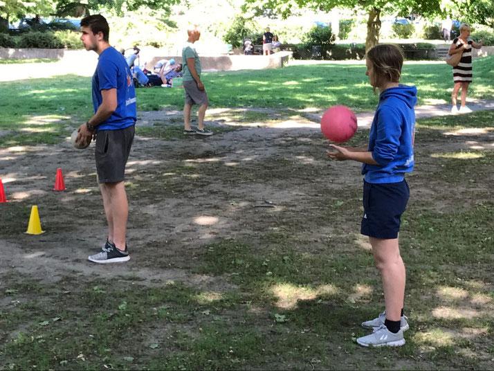 Unsere FSJler Phil und Johanna animieren Kids auf dem Bertha-von-Suttner-Platz zum spontanen Sport-Spaß