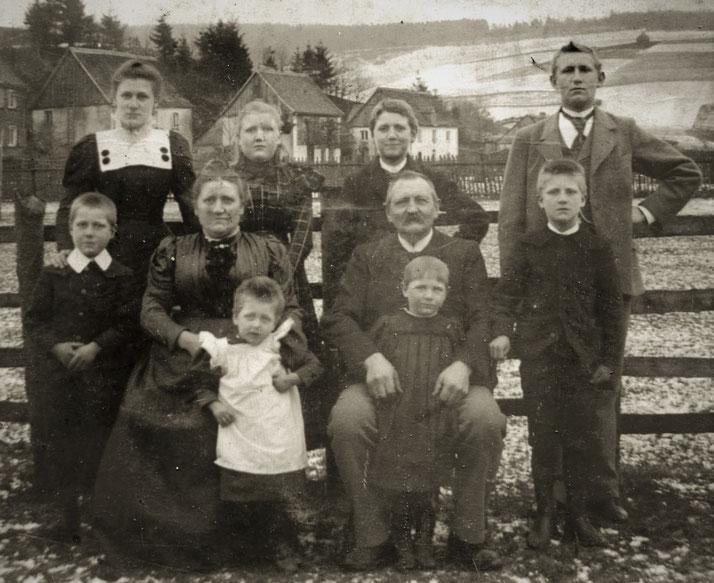 Joseph Schulte gnt. Posthalter mit Ehefrau Maria, geborene Püttmann gnt. Wortmann aus Frielinghausen, mit ihren Kindern