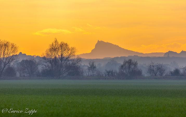 Fra luci, colori e chiaro scuri il Monte Titano si erge dalla campagna fra Forlimpopoli e Caserma.