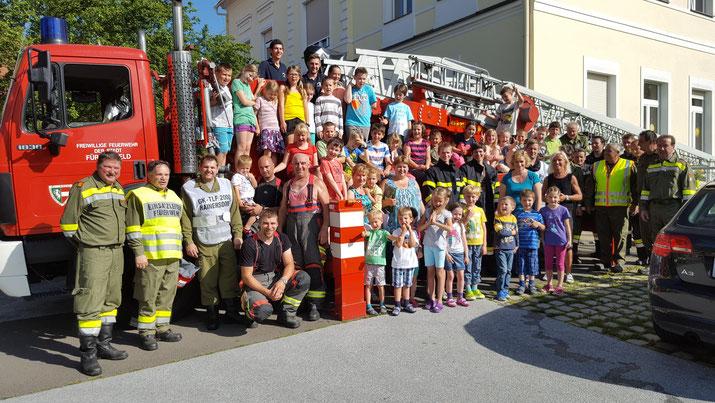 Gruppenfoto vor der Volksschule Hainersdorf