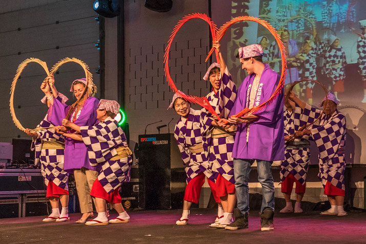 Musik verbindet: Festival Besucher lernen auf der Bühne von den Profis.