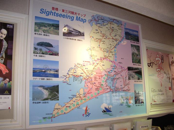 豊橋駅の観光案内所に設置の豊橋・東三河エリアマップ図のパネル看板