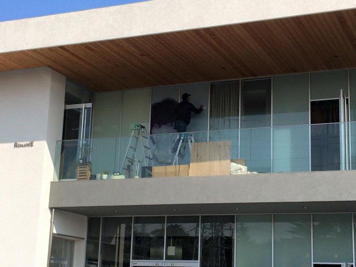 出力フィルムをガラス面にはってる作業風景/豊橋の美容室さんのガラス面へフィルム看板