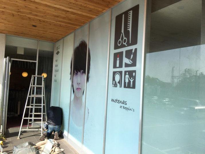 画像フィルムが張り込めました/豊橋の美容室さんのガラス面へフィルム看板