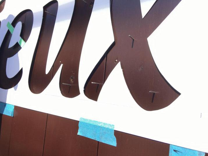 カルプ箱文字の脱落防止用にピン打ち/豊橋の美容室さんのカルプ文字看板事例