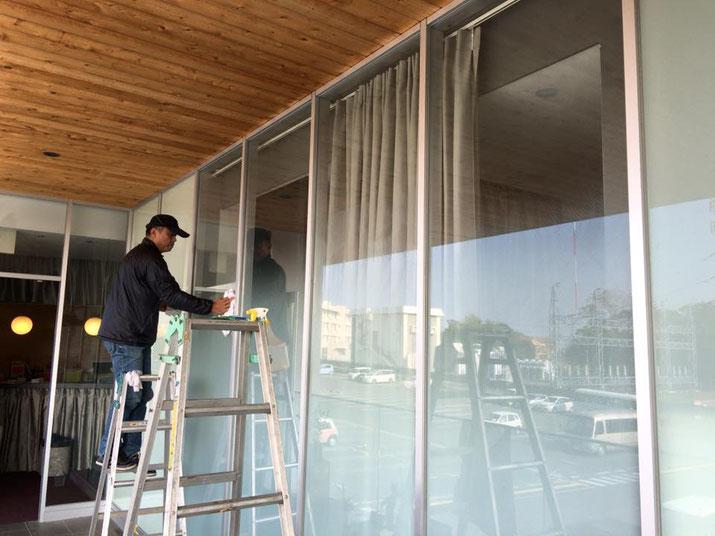 出力フィルムを貼り込むガラス面の清掃/豊橋の美容室さんのガラス面へフィルム看板