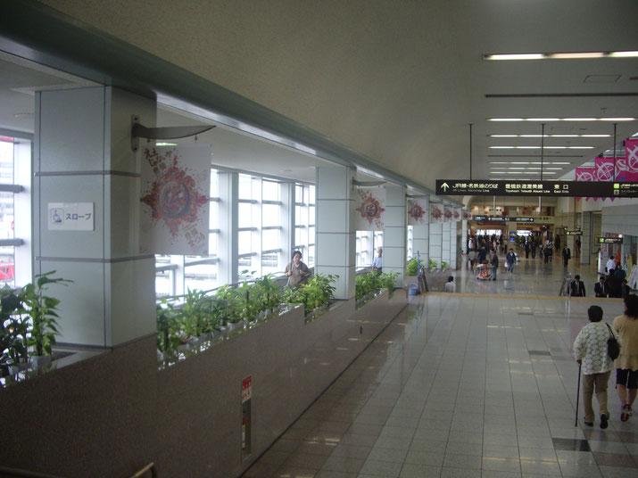 豊橋駅の自由通路に設置のつり下げ式のパネル看板