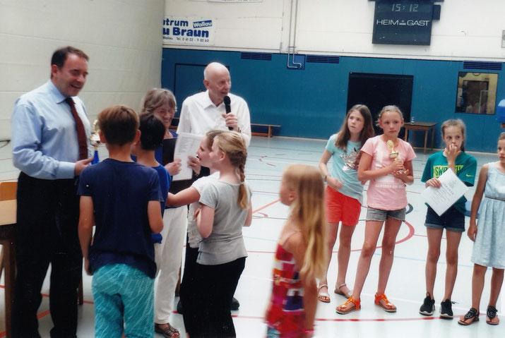 Kultusminister Prof. Dr. Lorz überreicht Wanderpreis, Pokal und Urkunde an die Breckenheimer Schülerinnen und Schüler