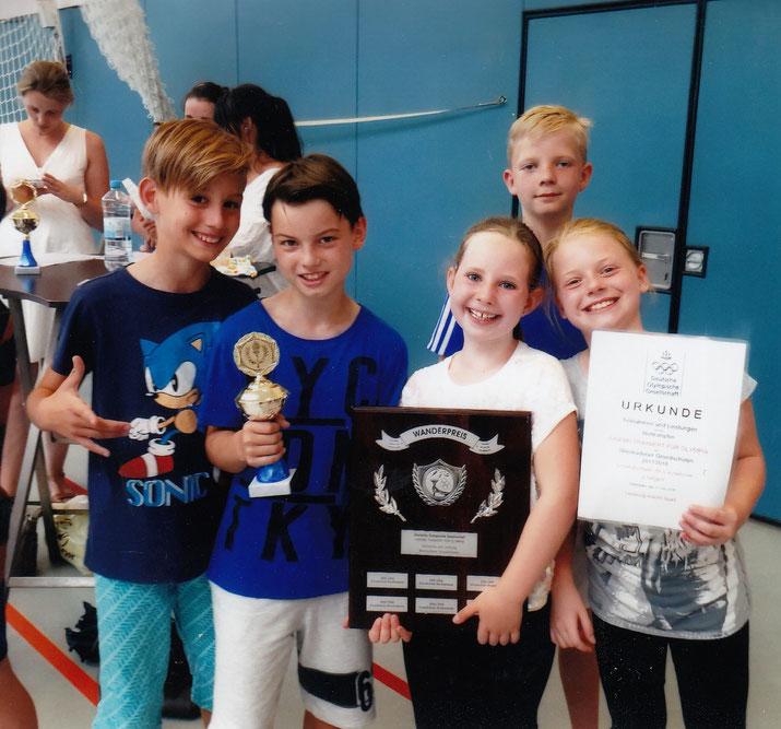 Wanderpreis, Pokal und Urkunde in den Händen der Breckenheimer Kinder