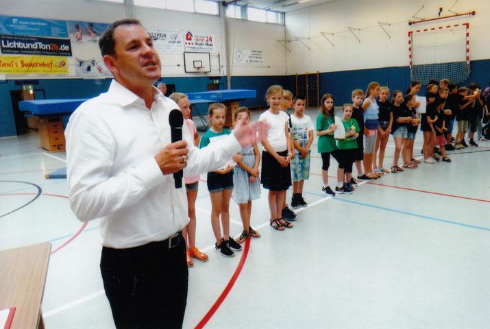 Oberbürgermeister Sven Gerich dankt den Schülerinnen und Schülern für ihre Leistungen