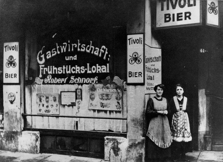 Warlich-Vorlageblätter im Fenster der Gastwirtschaft Schnorf