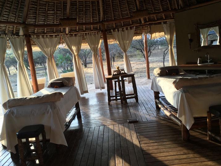 Massagezelt mit Blick in die Savanne, wo schon mal ein paar Zebras grasen oder die rote Erde des Tsavo aufwirbeln
