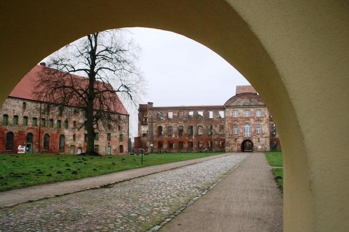 Das erste Bier brauten im Mittelalter dänische Mönche in Dargun. Links im Bild ds Gebäude der ehemaligen Klosterbrauerei.