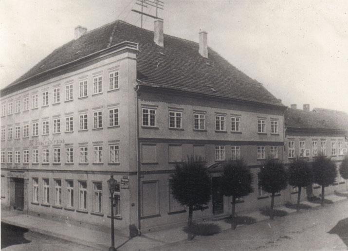 Gut 50 Jahre bewohnte die Unternehmerfamilie Tiedt das Wohn- und Geschäftshaus Turmstraße 1 gegenüber dem heutigen Kaufhof, bevor sie es Ende der 1920er Jahre an Karstadt verkaufte.