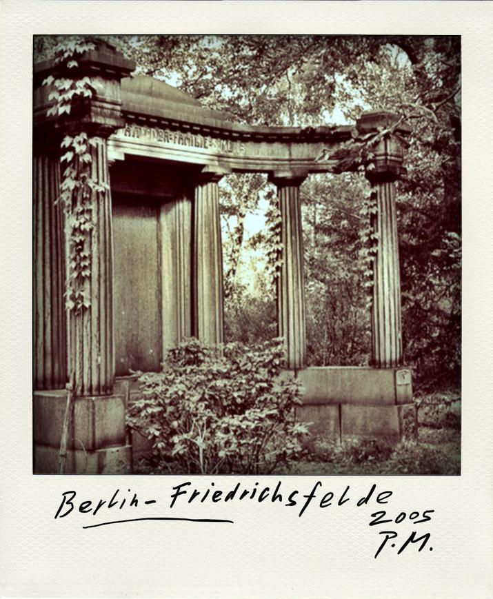 Pedro Meier – Friedrichsfelde Berlin. Polaroid Diary 2005 PhotoArt by © Pedro Meier Multimedia Artist, Lyriker, Maler, Schriftsteller, Fotokünstler. Zu: Frühe Gedichte Amrain Verlag. Niederbipp. Bangkok BACC, SIKART Zürich ProLitteris. www.Autorenwelt.de