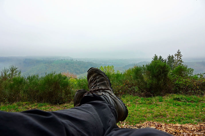 Blick auf Wanderschuhe und Arzbach
