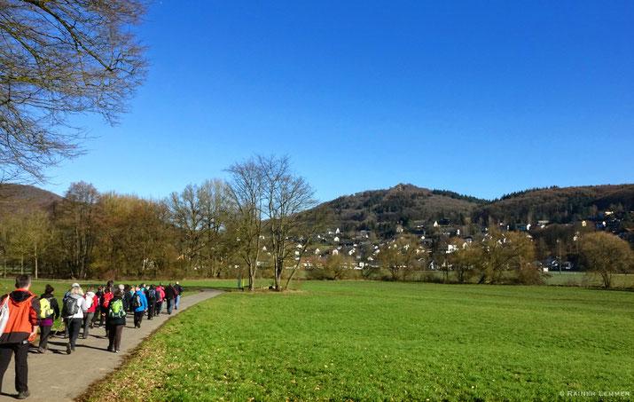 Am Ufer der Wied ein erster Blick auf's Roßbach Häubchen