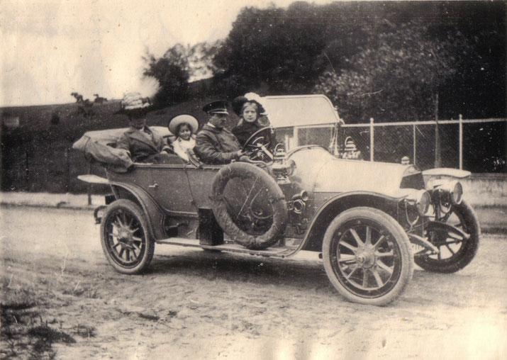 Kommerzienrat Max Tiedt, im Fond seine Frau Elsabe und eine Enkelin, steuerte 1904 das erste Auto von Neubrandenburg, einen Opel.