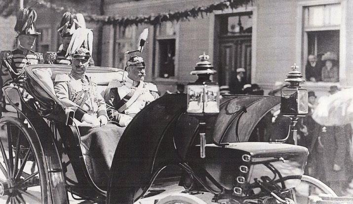 Am 7. Juni 1911 besuchte das deutsche Kaiserpaar Neustrelitz. Arthur Diener wird Splier gestanden haben.
