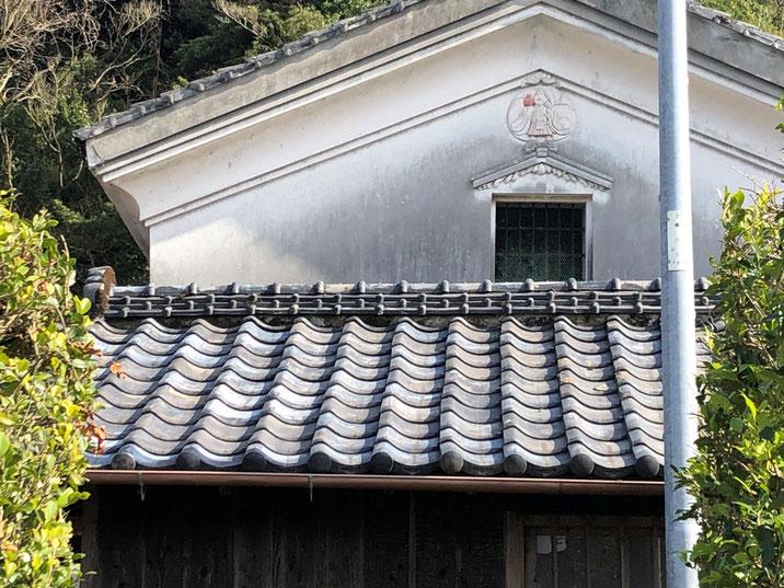 倉の壁には鏝絵で描かれた恵比寿さんの姿