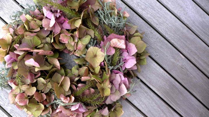 Dekoration - Herbstlicher Türkranz aus Hortensienblüten, Lampenputzergras und Heiligenkraut - DIY-Projekt