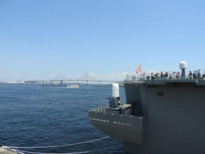 横浜ベイブリッジと護衛艦いずも 2018/06/02撮影