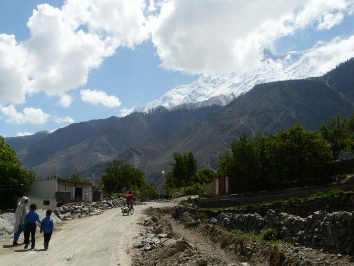 La traversee d'un village, au pied du Rakaposhi