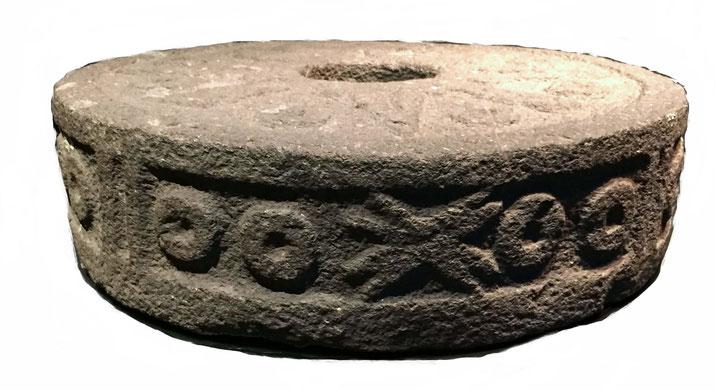 Aztekischer Opferstein in Form eins Mühlsteins mit einem Loch in der Mitte. Wurde Gefangenen bei Schaukämpfen umgebunden.