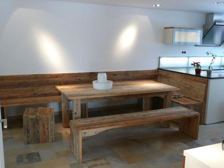 Fichte Altholztisch gefertigt aus handgehauenen Bälken