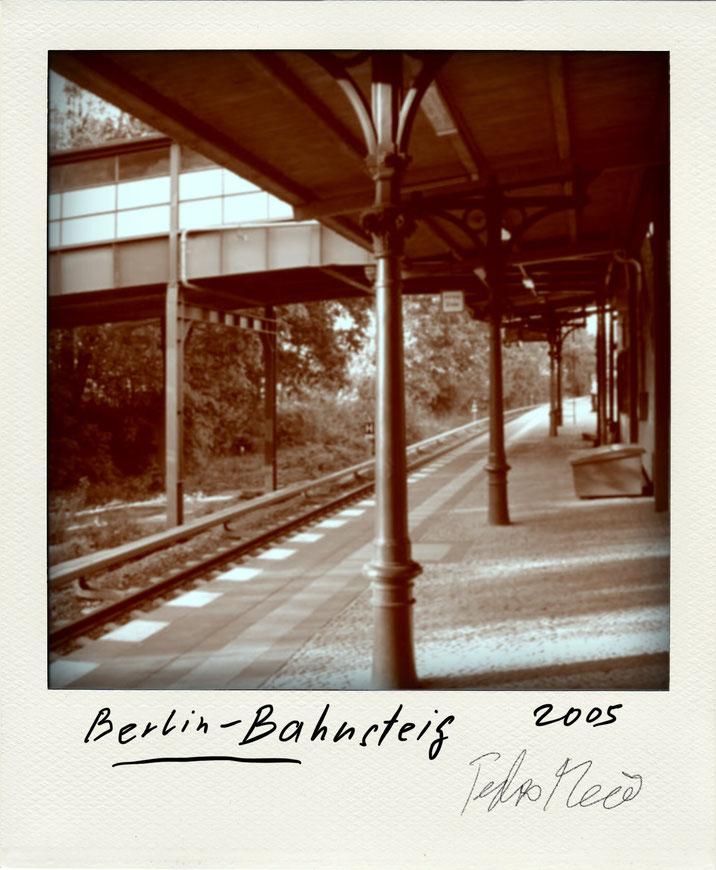 Pedro Meier – Berlin Bahnsteig – Polaroid Diary 2005 by © Pedro Meier PhotoArt, Fotokünstler, Lyriker, Maler, Schriftsteller, Autor Amrain Verlag, Niederbipp Bern, Kunsthalle Olten, Bangkok BACC, SIKART Zürich, Visarte, ProLitteris. www.Autorenwelt.de