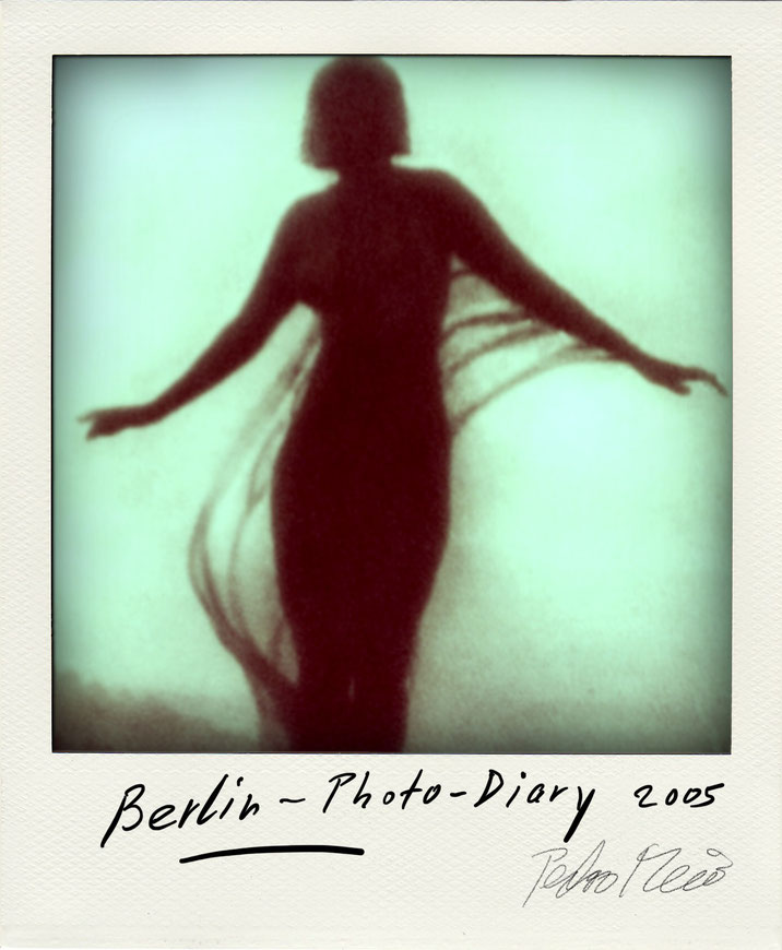 Pedro Meier – Theater Berlin Tänzerin – Polaroid Diary 2005 by © Pedro Meier PhotoArt, Fotokünstler, Lyriker, Maler, Schriftsteller, Autor Amrain Verlag, Niederbipp, Kunsthalle Olten, Bangkok BACC, SIKART Zürich, Visarte, ProLitteris. www.Autorenwelt.de