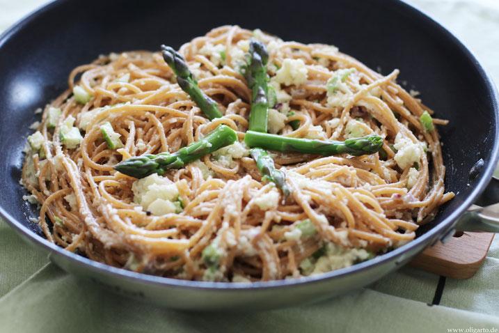 Vollkornspaghetti mit Blumenkohl und Spargel vegan