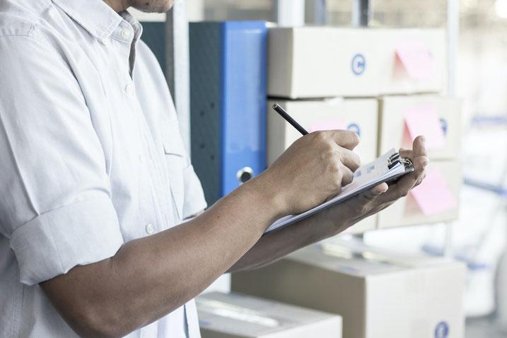 紙とエクセルによる在庫管理にはメリットとデメリットがある。