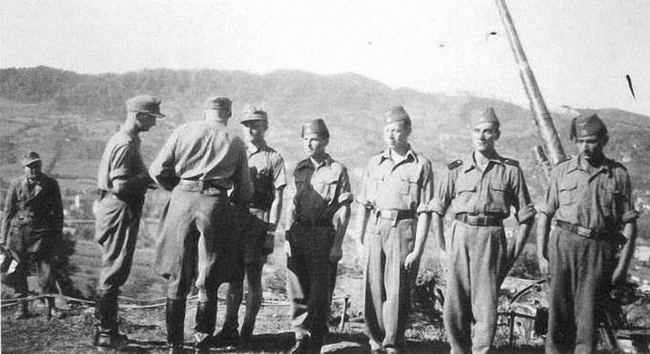 Max Daumer odlikuje  pripadnike njegovog  Flak Abt. 13,    18 August 1944.