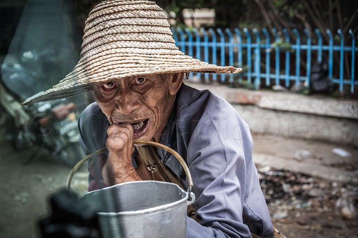 Anciano pidiendo limosna