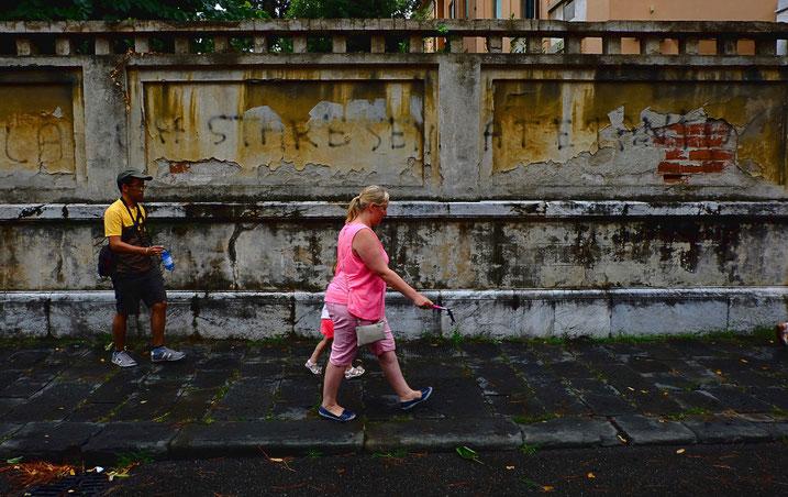 Street Photo, photographie, Pise, Toscane, Italie, jaune, rose, couleurs, rue, trottoir, vieux mur, décrépi, graffiti, touristes, Mathieu Guillochon, été.