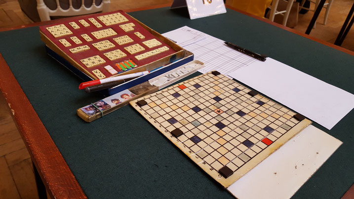 le jeu de Bernard Grellet (Rouen) - C'est le carton d'une boite de biscuits qui a servi pour fabriquer la grille...