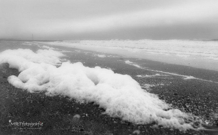 Mist aan de kust boven zee.