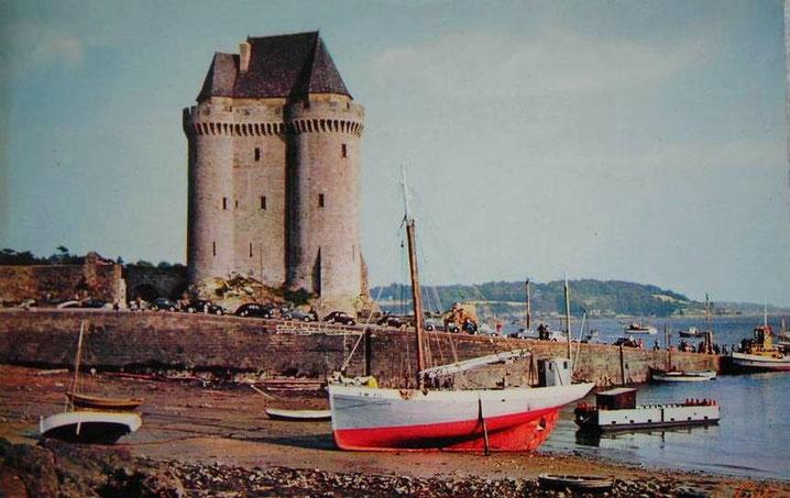 Au début des années 60, des loguiviens livrent encore leur pêche à Saint Malo, malgré la motorisation, ce bateau conserve son gréement complet de sloup à tapecul