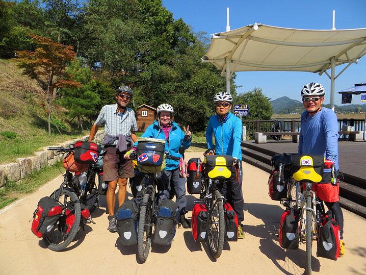 Auf dem Weg nach Seoul treffen wir viele Radfahrer, aber nur sehr wenige auf Tour.